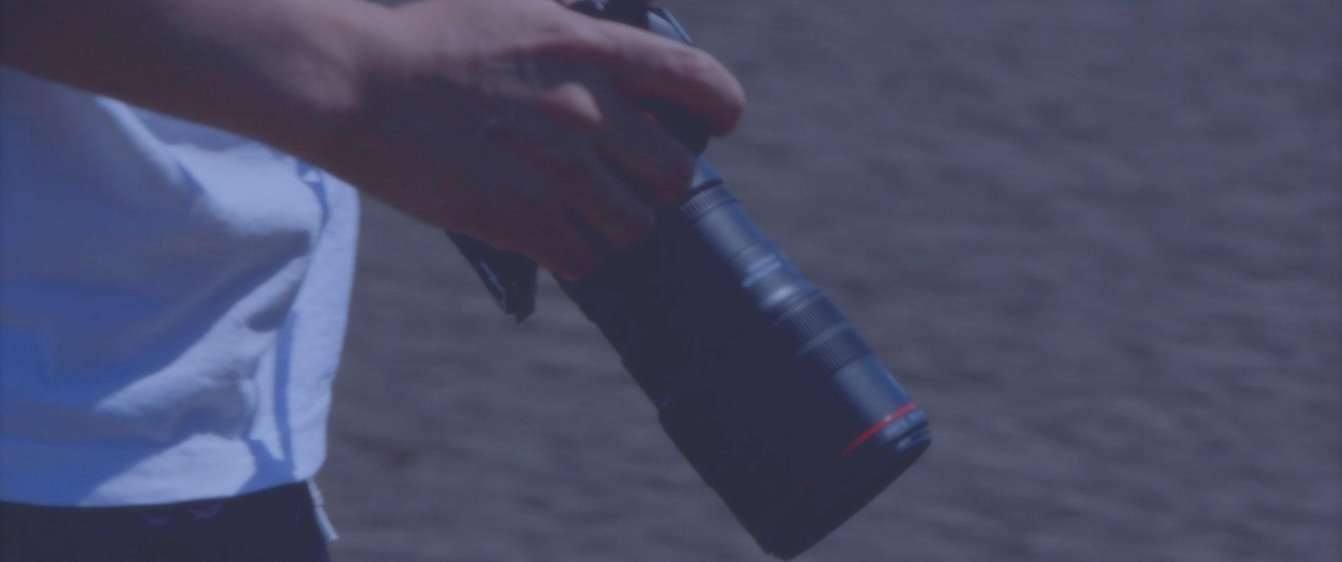 カメラを持つフォトイーストのカメラマン